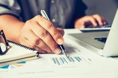 Бизнесмены работают на учете в острословии анализа возможностей производства и сбыта Стоковые Фото