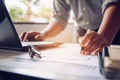 Бизнесмены работают на учете в острословии анализа возможностей производства и сбыта Стоковая Фотография