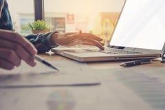 Бизнесмены работают на учете в острословии анализа возможностей производства и сбыта Стоковые Изображения