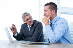 Бизнесмены работая вместе с компьтер-книжкой и таблеткой Стоковое Фото