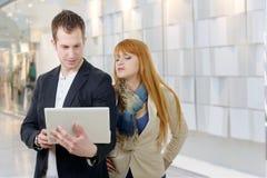 2 бизнесмены работая вместе с компьтер-книжкой Стоковое Фото