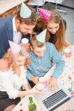 Бизнесмены работая во время праздника на компьютере Стоковые Изображения RF