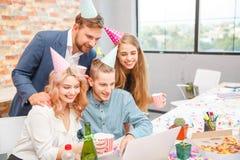 Бизнесмены работая во время праздника на компьютере Стоковые Фотографии RF