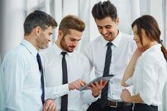 Бизнесмены работая в команде на офисе Стоковое Фото