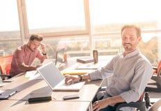 Бизнесмены работая в комнате правления в офисе Стоковая Фотография