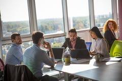 Бизнесмены работая в комнате правления в офисе Стоковые Фото