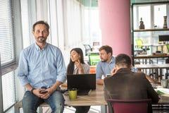 Бизнесмены работая в комнате правления в офисе Стоковое Изображение RF