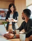Бизнесмены работая в конференц-зале в офисе Стоковое Фото