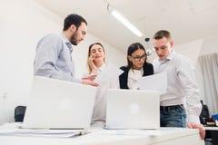 Бизнесмены работая в конференц-зале Стоковая Фотография