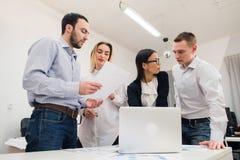 Бизнесмены работая в конференц-зале Стоковое фото RF