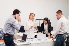 Бизнесмены работая в конференц-зале Стоковое Изображение RF