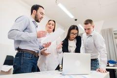 Бизнесмены работая в конференц-зале Стоковое Изображение