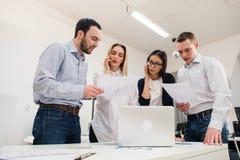 Бизнесмены работая в конференц-зале Стоковые Фотографии RF