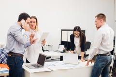 Бизнесмены работая в конференц-зале Стоковое Фото