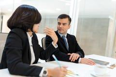 Бизнесмены работая в конференц-зале Стоковые Фото