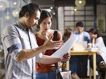 Бизнесмены работая в малой компании запуска Стоковое Изображение