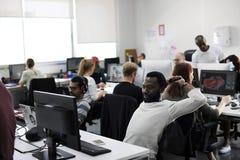 Бизнесмены работая в офисе в команде Стоковая Фотография