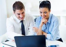 Бизнесмены работая в офисе с компьтер-книжкой Стоковые Фотографии RF