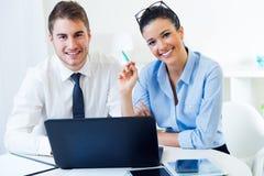 Бизнесмены работая в офисе с компьтер-книжкой Стоковые Изображения