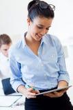 Бизнесмены работая в офисе с цифровой таблеткой Стоковые Изображения