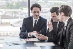 Бизнесмены работая в офисе Стоковые Фотографии RF