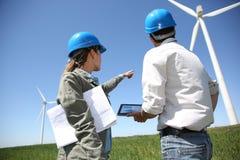 Бизнесмены работая в поле турбины Стоковые Изображения RF