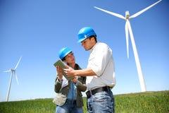 Бизнесмены работая в поле турбины Стоковые Фотографии RF