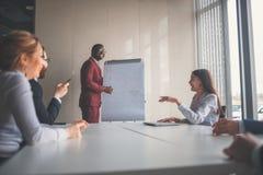 Бизнесмены работая в современном конференц-зале Стоковое Изображение