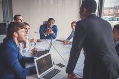 Бизнесмены работая в современном конференц-зале Стоковое Изображение RF