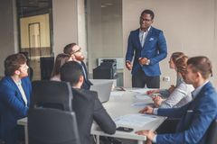 Бизнесмены работая в современном конференц-зале Стоковое фото RF