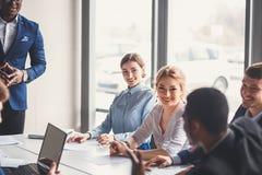 Бизнесмены работая в современном конференц-зале Стоковые Фото