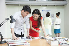 Бизнесмены работая в творческом офисе Стоковые Изображения