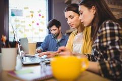 Бизнесмены работая в творческом офисе Стоковые Фото