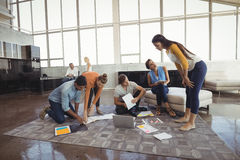 Бизнесмены работая в творческом офисе Стоковая Фотография RF