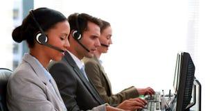 Бизнесмены работая в центре телефонного обслуживания сток-видео