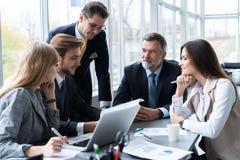 Бизнесмены работая конференция сотрудничества сыгранности говорить встречи компьтер-книжки стола cmputer бизнесмена дела сь к исп стоковые изображения