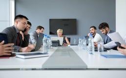 Бизнесмены работая на деловой встрече Стоковая Фотография RF