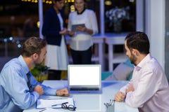 Бизнесмены работая на компьтер-книжке в конференц-зале Стоковое Изображение RF