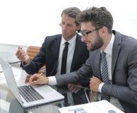 2 бизнесмены работая на компьтер-книжке Стоковое Изображение RF