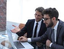 2 бизнесмены работая на компьтер-книжке Стоковое Фото