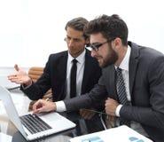 2 бизнесмены работая на компьтер-книжке Стоковая Фотография