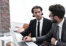 2 бизнесмены работая на компьтер-книжке Стоковые Изображения
