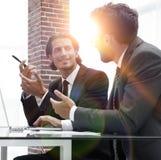 2 бизнесмены работая на компьтер-книжке Стоковое фото RF