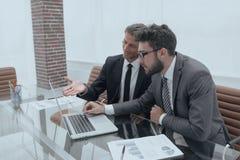 2 бизнесмены работая на компьтер-книжке Стоковые Фотографии RF
