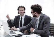 2 бизнесмены работая на компьтер-книжке Стоковые Изображения RF