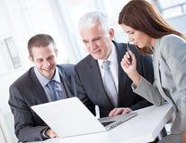 Бизнесмены работая на компьтер-книжке Стоковое фото RF