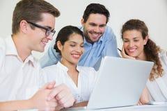 Бизнесмены работая на компьтер-книжке Стоковое Фото