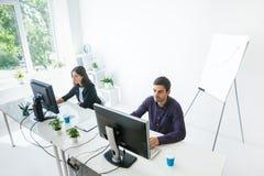 2 бизнесмены работая на компьютере в офисе Стоковая Фотография