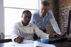 Бизнесмены работая на компьютере в офисе Стоковые Фотографии RF