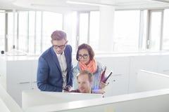 Бизнесмены работая на компьютере в творческом офисе Стоковые Фотографии RF